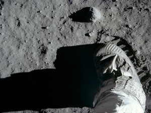 moon-hoax-footprints_10054_600x450