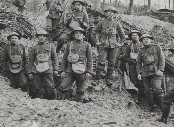 Tentara marinir Amerika Serikat saat Perang Dunia I di Prancis, 1918.