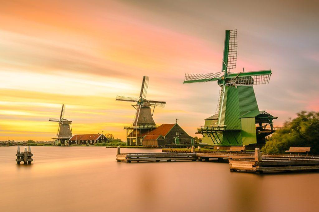 kincir angin contoh teknologi ramah lingkungan