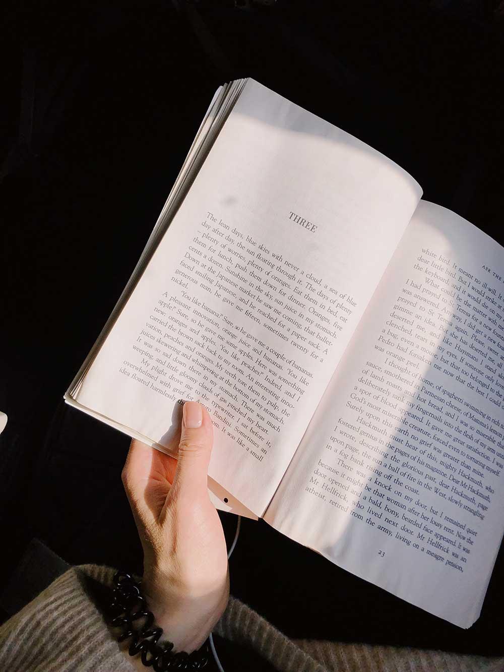 Menggunakan Pencahayaan Cukup Ketika Membaca
