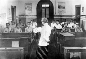 Guru mengajar di Taman Siswa Bandung