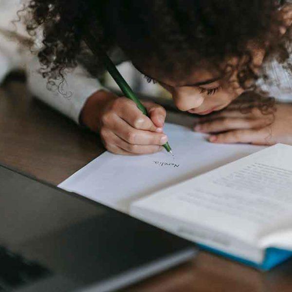 7 Cara Mengajari Anak Menulis versi Zenius Education