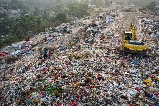tumpukan sampah tas plastik sekali pakai